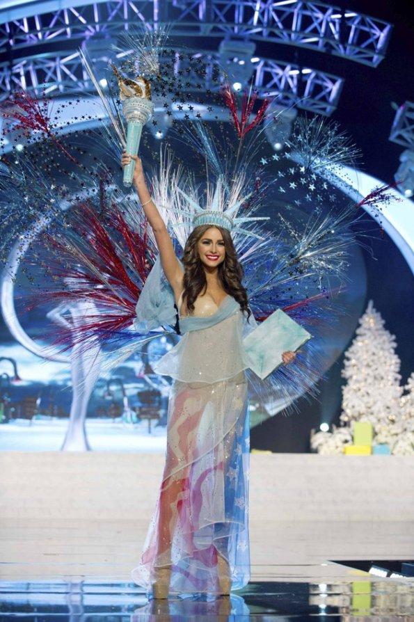 Olivia Culpo saat memperagakan busana nasional di miss universe